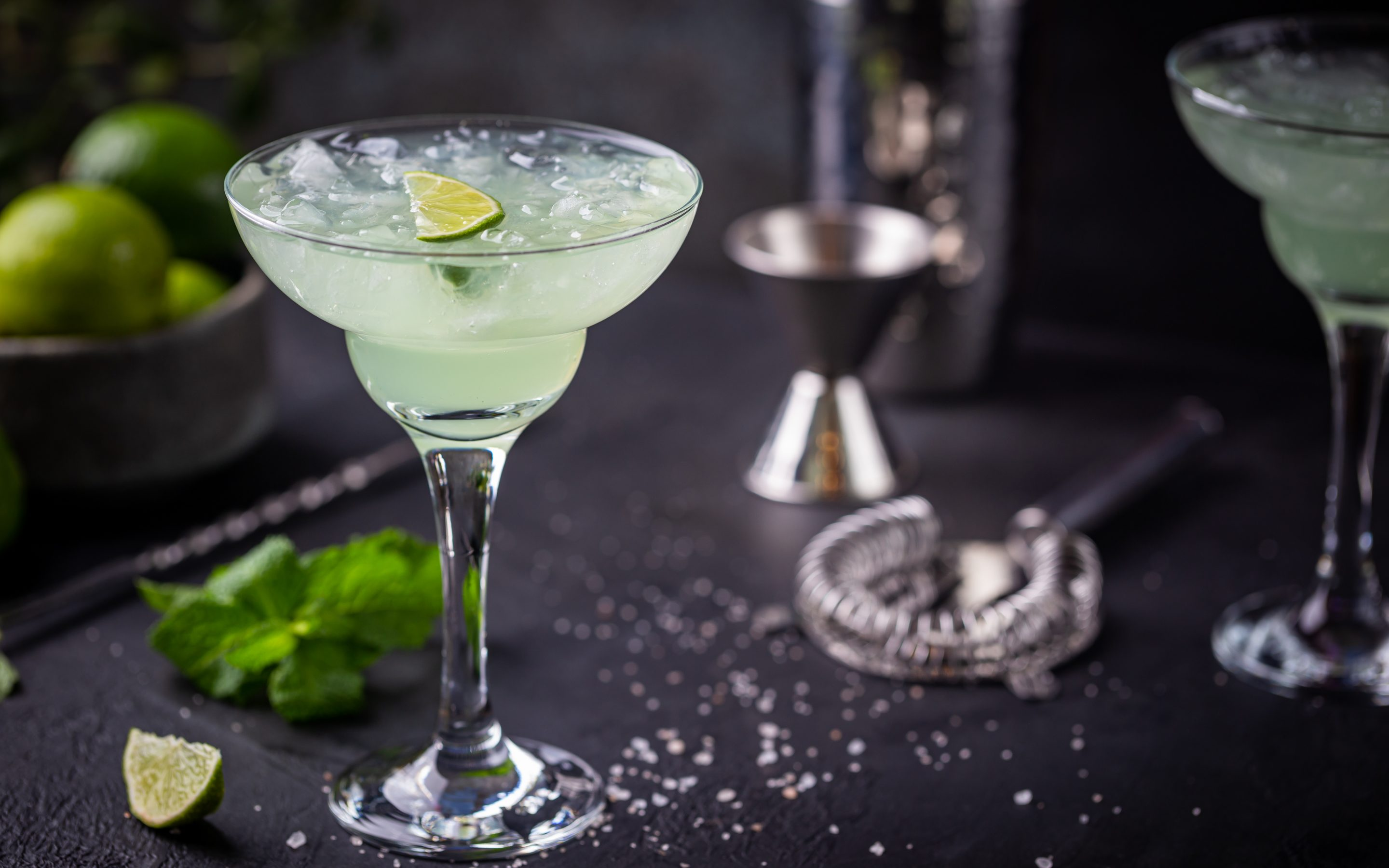 margarita cocktail with lime