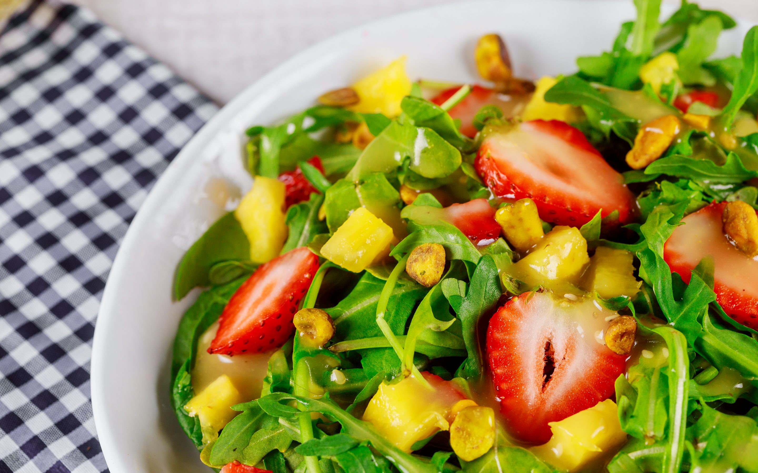 Pistachio strawberry spinach salad